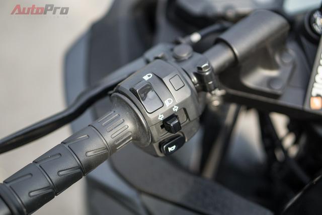 Tay lái của Kawasaki Ninja 300 được bố trí các nút điều khiển cơ bản như còi, xi nhan, chế độ pha/cốt và đèn passing (xin vượt).
