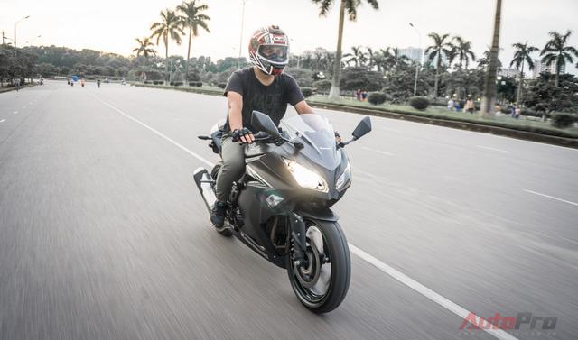 Theo công bố, Kawasaki Ninja 300 sử dụng động cơ 4 thì, 296 phân khối, sản sinh công suất 39 mã lực, mô-men xoắn cực đại 29Nm. Hệ thống phun xăng điện tử có van kép cho phép dòng phun nhiên liệu mượt mà hơn. Piston chống xước và bộ cân bằng động cơ chỉnh sửa lại. Đi kèm với đó là hộp số 6 cấp với bộ ly hợp trượt thế hệ mới do FCC cung cấp, có độ nhạy vừa phải và dễ dàng hơn cho người mới lần đầu cầm lái.
