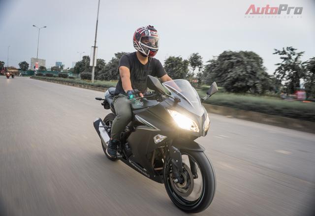Ra mắt Việt Nam từ cuối năm 2015, Kawasaki Ninja 300 được phân phối chính hãng với mức giá chỉ 196 triệu Đồng. Tuy nhiên, tới nay, xe chỉ có giá bán 149 triệu Đồng và là sản phẩm Kawasaki chính hãng rẻ bậc nhất tại Việt Nam.