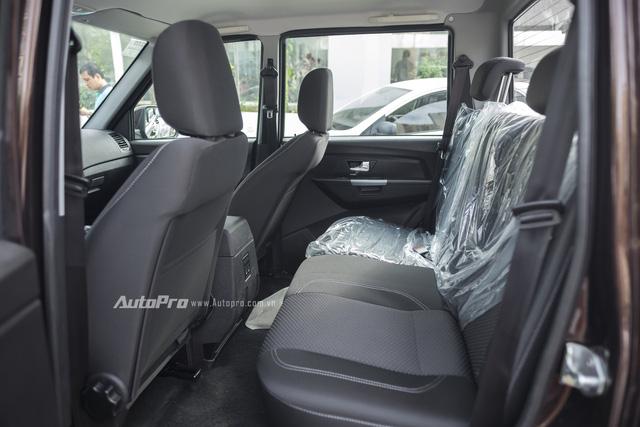 Hàng ghế thứ hai của Uaz Pickup khá chật chội và không có cửa gió sau nên nếu đi xa có lẽ sẽ không thật sự thoải mái.