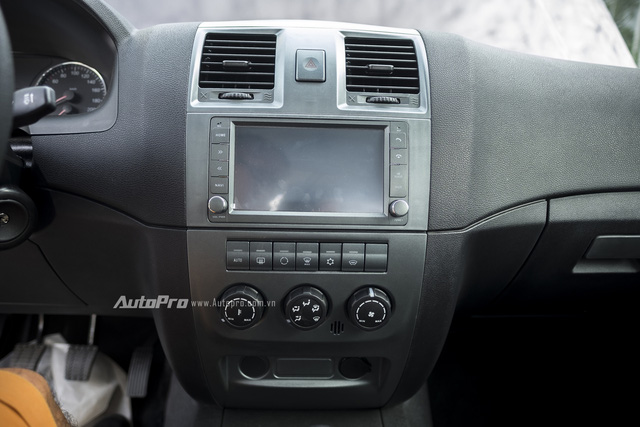 Ở phiên bản Limited, Uaz Pickup được trang bị màn hình cảm ứng trung tâm cùng một số tiện ích đủ dùng như hỗ trợ kết nối Bluetooth, AUX, khe đọc thẻ nhớ Micro SD, GPS, hệ thống dẫn đường NAVI, điều hòa tự động, camera lùi. Tuy nhiên chiếc bán tải này lại không có cổng USB.