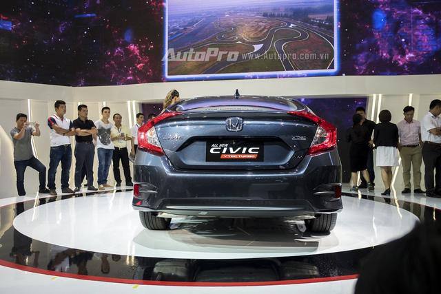 Đằng sau xe có đèn hậu dạng LED hình chữ C khá đẹp mắt. Phần đuôi xe có thiết kế mới khá mạnh mẽ và thể thao.
