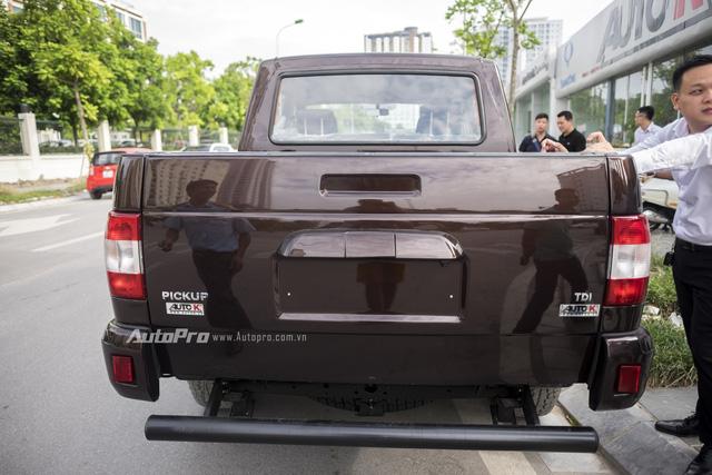 Uaz Pickup khi nhìn từ phía sau khá đơn giản.
