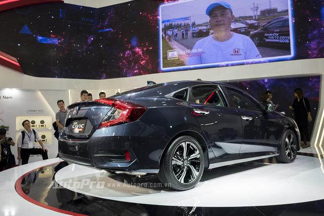 Hiện hãng Honda chưa công bố giá cụ thể của Civic 2016, điều mà nhiều người tiêu dùng Việt Nam mong chờ nhất. Chúng tôi sẽ cập nhật giá của Honda Civic 2016 tại Việt Nam trong thời gian tới.