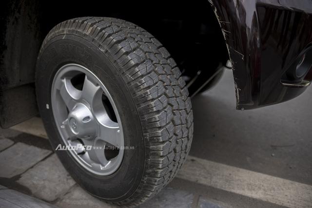 Uaz Pickup về Việt Nam là bản limited nên được trang bị vành hợp kim nhôm 5 chấu kích thước 16 cùng lốp gai địa hình.