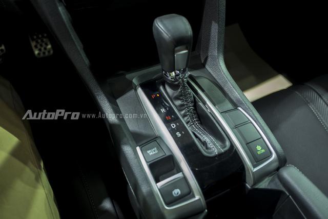 Honda Civic thế hệ mới được trang bị hộp số CVT thế hệ mới hứa hẹn sẽ mang lại cảm giác lái êm ái và phấn khích hơn. Bên cạnh đó là phanh tay điện tử, một tính năng mới trên Honda Civic 2016.