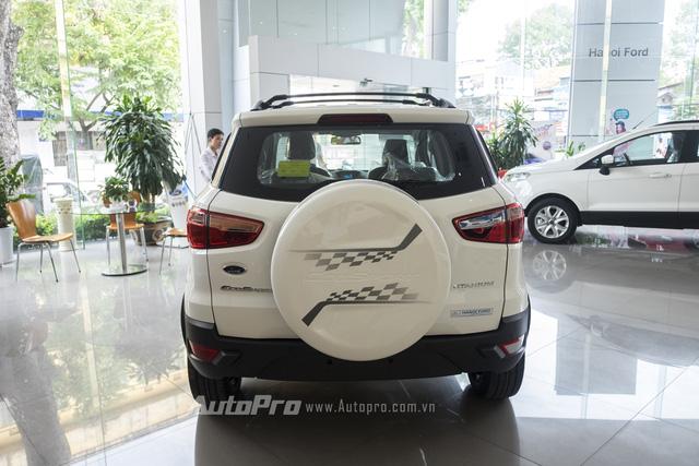 Ốp lốp dự phòng phía sau của Ford Ecosport Titanium Black Edition cũng được dán tem thiết kế riêng.
