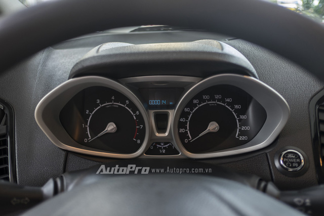 Phía sau vô-lăng là đồng hồ hiển thị tốc độ, vòng tua máy và màn hình điện tử đa thông tin.