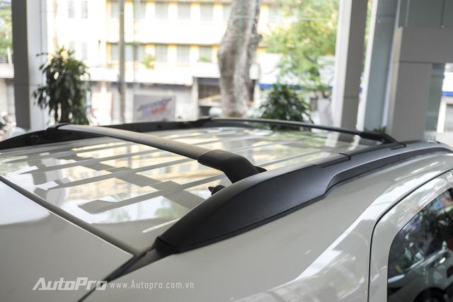 Trên nóc xe còn có giá buộc hàng. Đây là một điểm mới trên Ford Ecosport Titanium Black Edition.