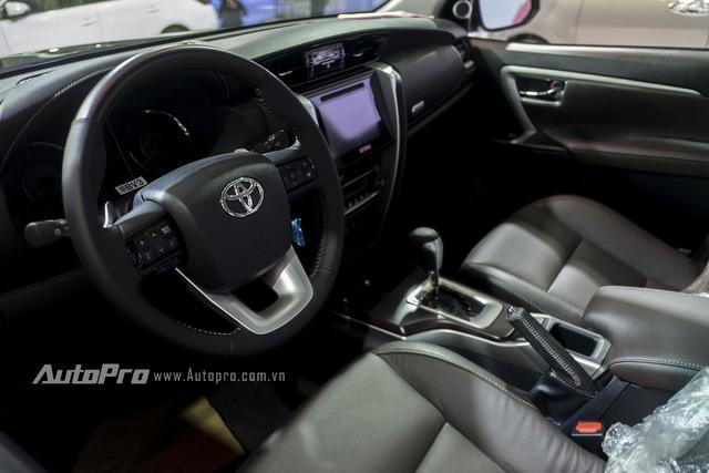 Bên trong Toyota Fortuner 2016 là bảng táp-lô mới trông phức tạp hơn, được bọc da toàn bộ xe.