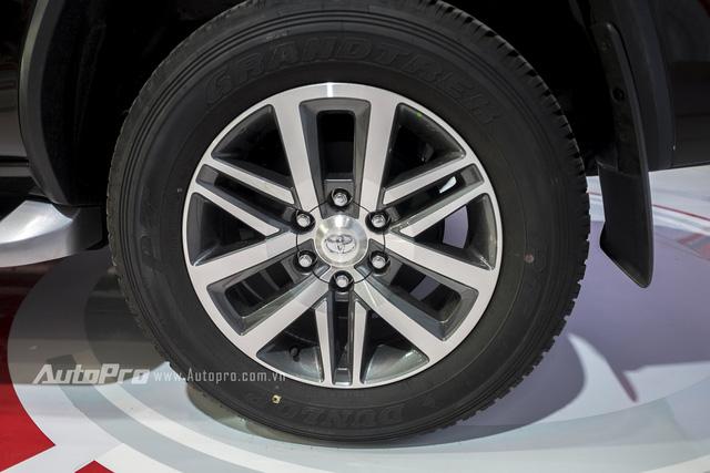 Bộ la-zăng 18 inch tùy chọn và lốp có kích thước 265/60 tiêu chuẩn.