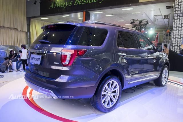 Các kích thước cơ bản của Ford Explorer 2016 bao gồm chiều dài tổng thể 5.036 mm, chiều dài cơ sở 2.865 mm, chiều rộng 2.004 mm và chiều cao 1.778 mm. Bên cạnh đó là dung tích bình nhiên liệu 70,4 lít và trọng lượng 2.015 kg.