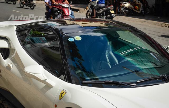 Nóc xe của Ferrari 488 GTB này được sơn màu đen bóng nhằm tạo sự đối lập với ngoại thất trắng muốt.