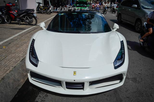 Ferrari 488 GTB trong bộ áo trắng muốt được doanh nhân Nguyễn Quốc Cường hay thường gọi Cường Đô-la thu nạp vào garage của mình từ giữa tháng 7/2016.