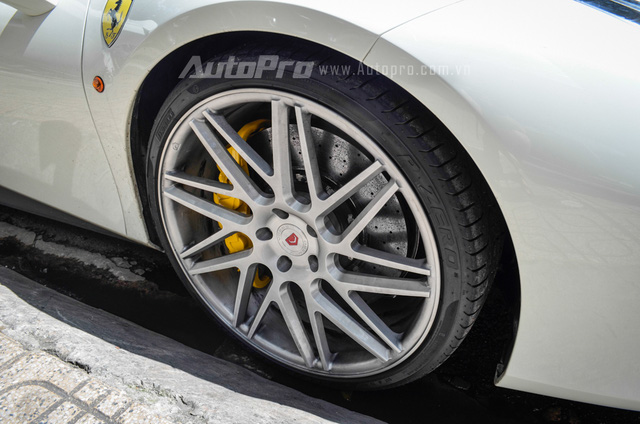 Cụ thể, thay cho la-zăng 5 chấu đơn nguyên bản, chiếc Ferrari 488 GTB thuộc sở hữu của Cường Đô-la đã được lắp bộ vó hàng khủng của hãng độ Vossen.