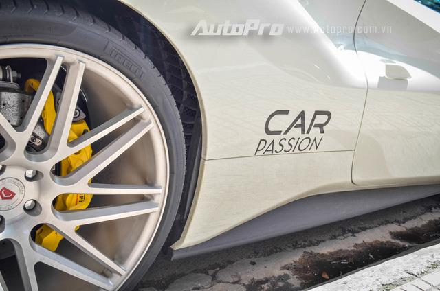 Bên hông của siêu xe Ferrari 488 GTB được dán dòng chữ Car & Passion. Đây là tên hành trình siêu xe đầu tiên tại Việt Nam và do doanh nhân Quốc Cường sáng lập. Tuy nhiên, sau hành trình lần thứ nhất diễn ra vào năm 2011, đã gần 5 năm trôi qua, tay chơi này vẫn chưa tổ chức lại.
