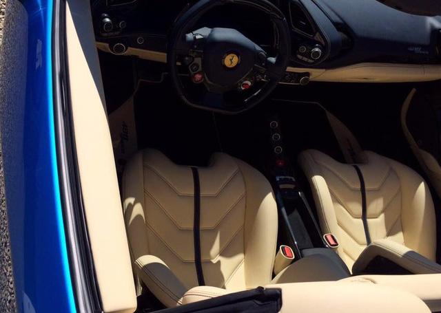 Một công ty nhập khẩu tư nhân tại Hà Nội đang có ý định đưa chiếc Ferrari 488 Spider màu xanh nước biển nổi bật này về Việt Nam. Ngoài màu sơn ấn tượng, siêu ngựa mui trần còn gây chú ý khi được trang bị thêm một màn hình nằm trên bảng táp-lô, trước tầm mắt của hành khách ngồi trên ghế phụ lái. Chỉ riêng màn hình này đã có giá 3.267 Euro, tương đương 78 triệu Đồng.