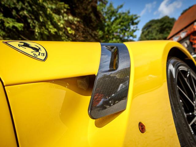Siêu xe này có bộ áo vàng rực, điểm nhấn là nhiều chi tiết ở ngoại thất sử dụng chất liệu sợi carbon làm thiết kế.