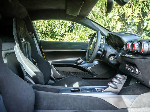 Trái ngược với bộ áo vàng rực, bên trong khoang lái của chiếc Ferrari F12tdf này sử dụng gam màu đen của chất liệu da Alcantara cao cấp.