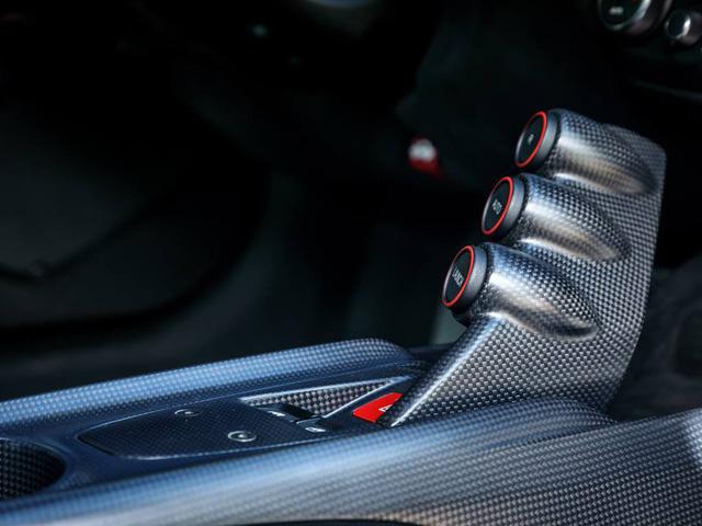 Ferrari F12tdf được trang bị khối động cơ V12, dung tích 6.3 lít, tương tự F12 Berlinetta tiêu chuẩn. Tuy nhiên, động cơ được tinh chỉnh lại giúp sản sinh công suất tối đa 780 mã lực và mô-men xoắn cực đại 705 Nm. Như vậy, so với F12 Berlinetta tiêu chuẩn, siêu xe Ferrari F12tdf mới mạnh hơn 40 mã lực và 15 Nm.