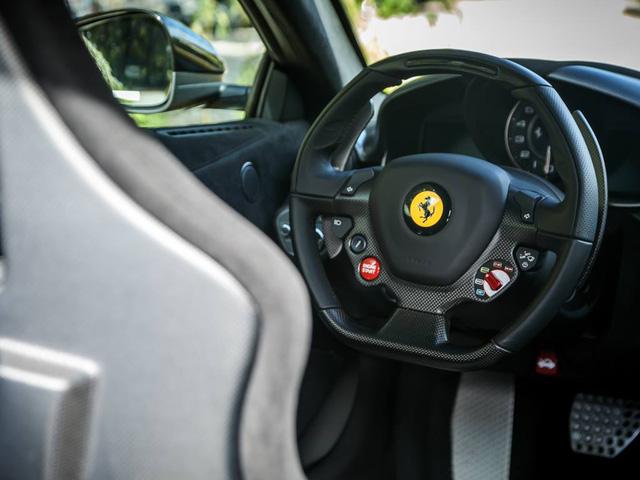 Điểm nhấn vẫn là vô số các chi tiết được phủ carbon cao cấp. F12tdf còn được xem như phiên bản mạnh mẽ hơn của siêu xe Ferrari F12 Berlinetta.