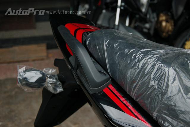 Tương tự như bình xăng, hai sọc màu đỏ cũng xuất hiện bên hông yên xe vòng ra phía đuôi xe khá nổi bật.