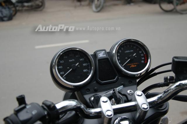 Cụm đồng hồ đôi quen thuộc trên những chiếc Honda CB400, bên trái thể hiện tốc độ của xe trong khi chiếc còn lại là vòng tua máy.