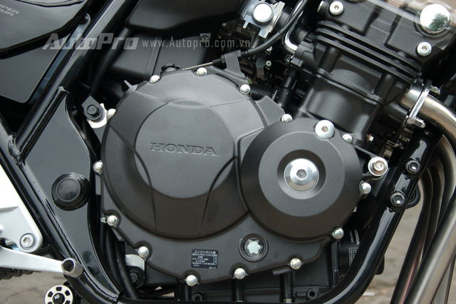 Nâng cấp quan trọng nhất ở phiển bản đặc biệt Honda CB400 Super Four đời 2017 là khối động cơ 4 thì, 4 xy-lanh thẳng hàng, 399 phân khối, làm mát bằng dung dịch, 16 van, được tinh chỉnh lại mang đến công suất tối đa 54 mã lực tại vòng tua máy 10.000 vòng/phút và mô-men xoắn cực đại 38 Nm tại vòng tua máy 9.500 vòng phút.