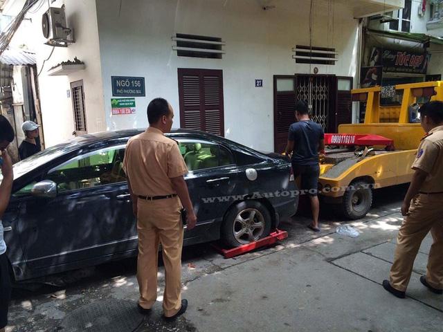 Lực lượng cơ quan chức năng đã điều động một xe cứu hộ đến để đưa xe gặp nạn về trụ sở làm việc.