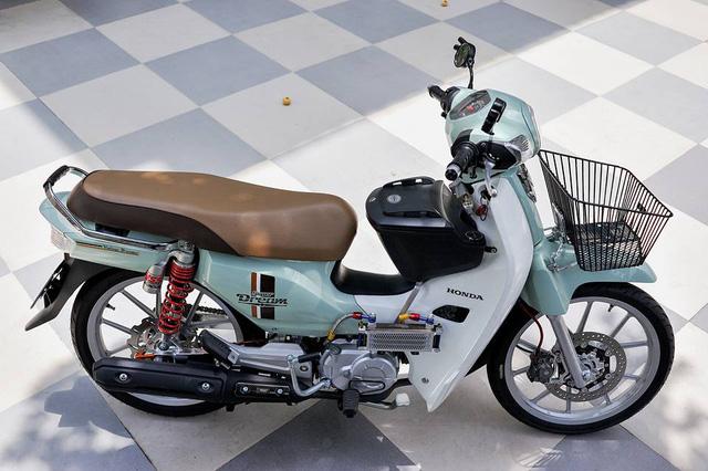 Trên nên tảng màu xanh ngọc cá tính nguyên bản, chủ nhân của chiếc Honda Super Dream 110 này đã trang bị thêm nhiều đồ chơi hàng hiệu như trợ lực Ohlins, mâm Daytona, đĩa và heo Brembo, két nhớt Morin và gắp nhôm phía sau mang đến dáng vẻ cứng cáp cho mẫu xe máy 110 phân khối.