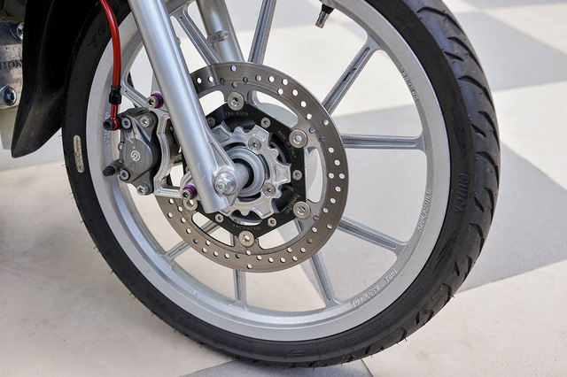 Thay cho loại bánh căm nguyên bản, chủ nhân trang bị bộ mâm Daytona được sơn màu bạc trông khá cứng cáp.