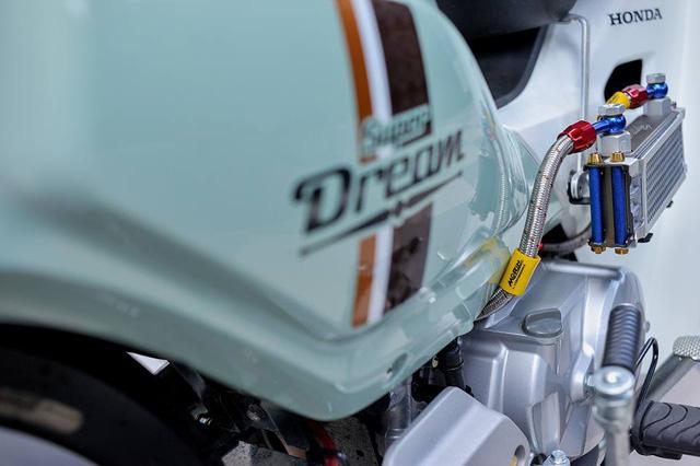 Bên hông xe nổi bật với hệ thống làm mát giải nhiệt bằng két nhớt của Morin.