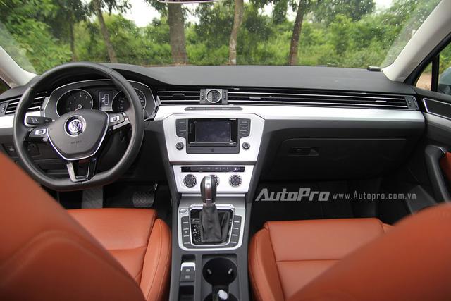 Thiết kế bên trong Volkswagen Passat 2016 cũng vẫn giữ nguyên sự đơn giản của những hình khối và đường thẳng tạo cảm giác vuông vắn cho xe.