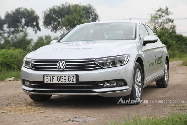 Volkswagen Passat 2016 có thiết kế vuông vắn và kém phần bóng bẩy so với các đối thủ cùng phân khúc.