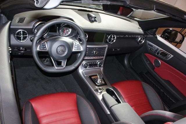 Thiết kế nội thất của Mercedes-Benz SLC 2017 chỉ được nâng cấp một số chi tiết như vô lăng thể thao, cụm đồng hồ cải tiến và bộ phụ kiện bằng nhôm với bề ngoài giả sợi carbon. Ghế ngồi sử dụng da Nappa đi kèm hệ thống thông tin giải trí Comand với màn hình 7 inch độ phân giải cao hơn vào trong SLC 2017.