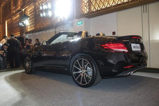 Mercedes-Benz SLC 2017 được trang bị nhiều tính năng an toàn như camera chiếu hậu và hệ thống hỗ trợ phanh linh hoạt tiêu chuẩn mới. Hệ thống sẽ cảnh báo người lái nếu phát hiện ra nguy cơ va chạm. Nếu người lái không kịp phản ứng, hệ thống sẽ tự động phanh xe lại để tránh va chạm hoặc giảm mức độ thương vong.