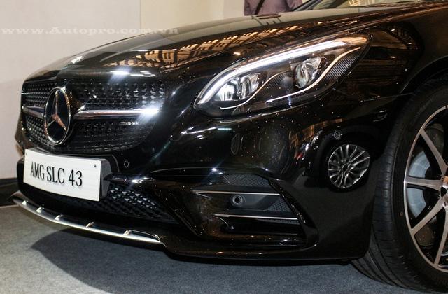 Mercedes-Benz SLC 2017 được trang bị cản va trước mới, hốc gió thể thao xếp thành 2 thầng và lưới tản nhiệt hình viên kim cương nâng cấp.