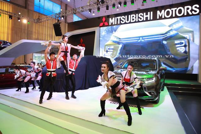 Màn nhảy múa khá ấn tượng tại gian hàng Mitsubishi Motors Việt Nam.