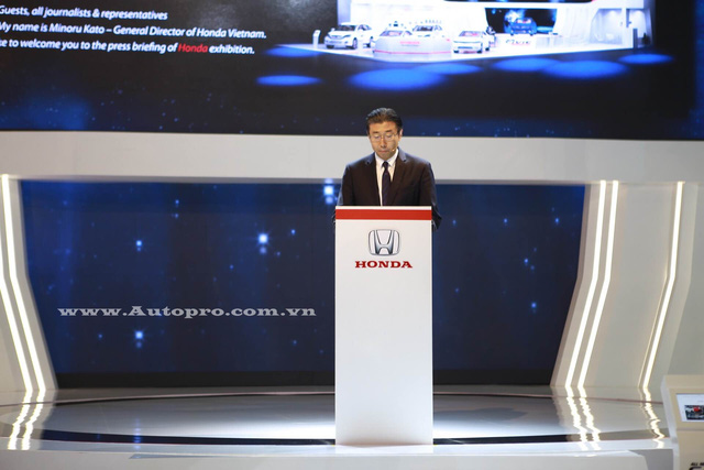 Ông Minoru Kato, Tổng Giám đốc Honda Việt Nam giới thiệu mẫu xe Civic 2016.