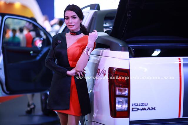 Người mẫu nổi bật đến từ Thái Lan khoe dáng bên cạnh Isuzu D-Max type X.