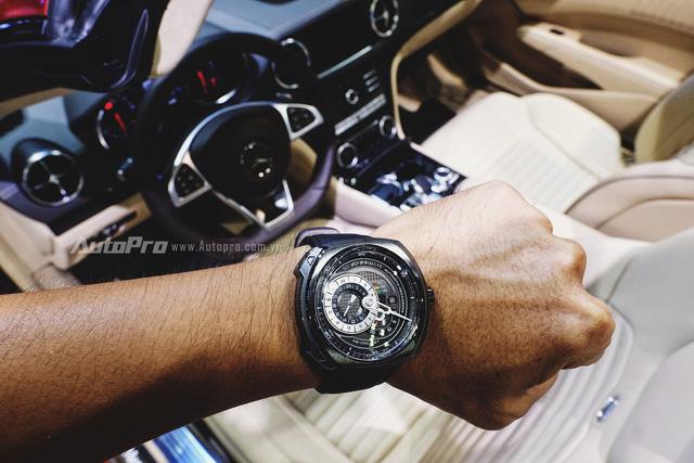 Có thể thấy SevenFriday Q3 vừa đủ lịch sự và cũng đủ cá tính, mạnh mẽ để đồng hành cùng chủ nhân trong khoang lái của Mercedes-Benz SL400.