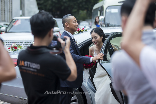 Chú rể Chí Anh mở cửa đón cô dâu Khánh Linh.