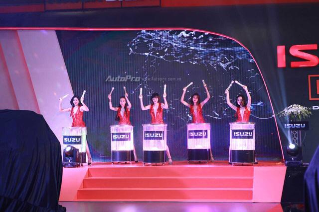 Màn trình diễn trống nước sôi động của các cô gái đến từ gian hàng Isuzu