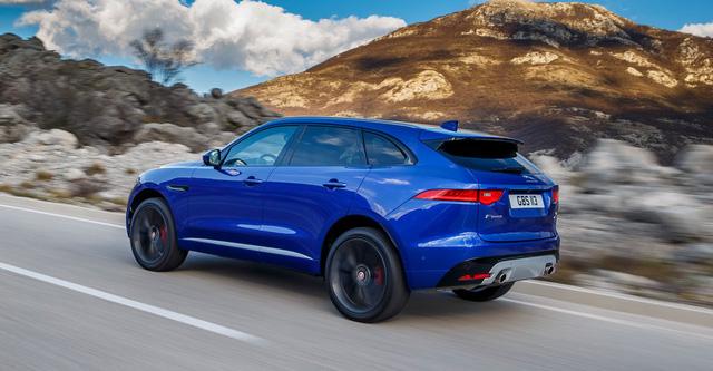 Theo hãng Jaguar, tân binh F-Pace là mẫu xe thể thao đa dụng hàng đầu nhưng trên thực tế được phát triển từ C-X17 Concept. Xe có kích thước tổng thể bao gồm chiều dài 4.731 mm, rộng 2.175 và cao 1.652 mm. Chiều dài cơ sở 2.874 mm, khoang hành lý khá rộng có thể tích lên đến 650 lít.
