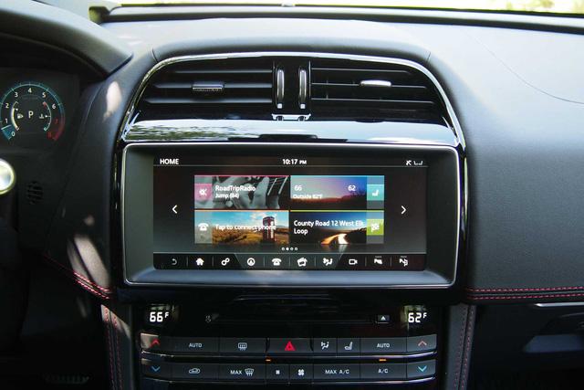 Chưa hết màn hình cảm ứng này còn được tích hợp hệ thống âm thanh giải trí cao cấp Meridian và hệ thống định vị vệ tinh có chế độ 3D. Người ngồi trong Jaguar F-Pace có thể kết nối 8 thiết bị nhờ hệ thống hỗ trợ Wi-Fi. Trong khi đó, hệ thống định vị vệ tinh được hiển thị ở cụm đồng hồ 12,3 inch có chế độ 3D.