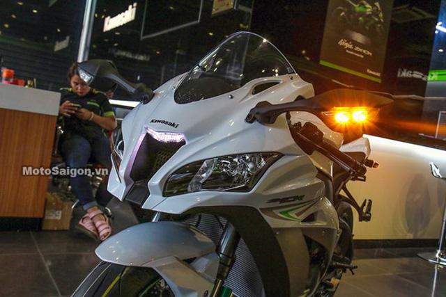 Ngoại hình siêu mô tô ZX-10R 2017 mang dáng dấp thể thao và mạnh mẽ hơn trước, thể hiện qua bộ quây, yên xe cũng như cụm đèn pha thiết kế sắc cạnh.