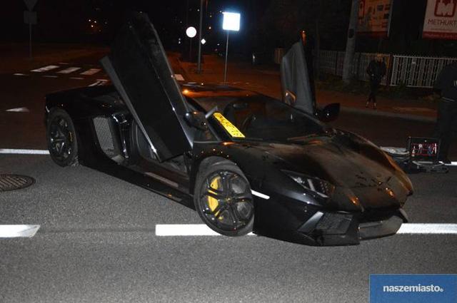 Lamborghini Aventador LP700-4 sử dụng động cơ V12, dung tích 6.5 lít, sản sinh công suất tối đa 700 mã lực và mô-men xoắn cực đại 690 Nm. Siêu xe này chỉ mất 2,9 giây để tăng tốc lên 100 km/h từ vị trí xuất phát trước khi đạt vận tốc tối đa 350 km/h.