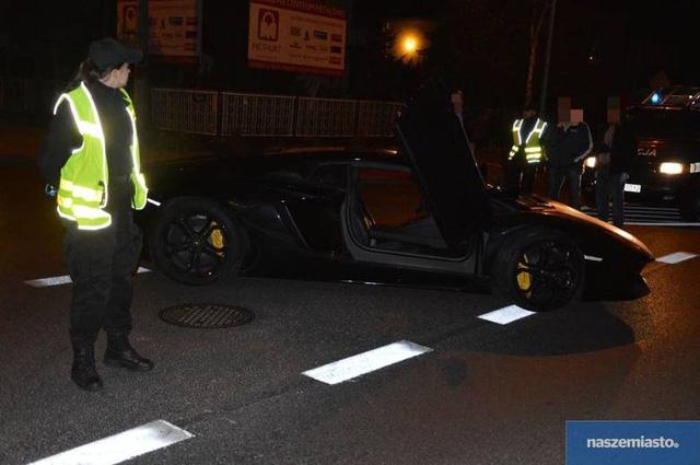 Cảnh sát tại Ba Lan khá bất ngờ khi nhận được cuộc gọi của một người dân thông báo đã nhìn thấy một chiếc Lamborghini Aventador LP700-4 nằm giữa một con đường gần thành phố Włocławku.