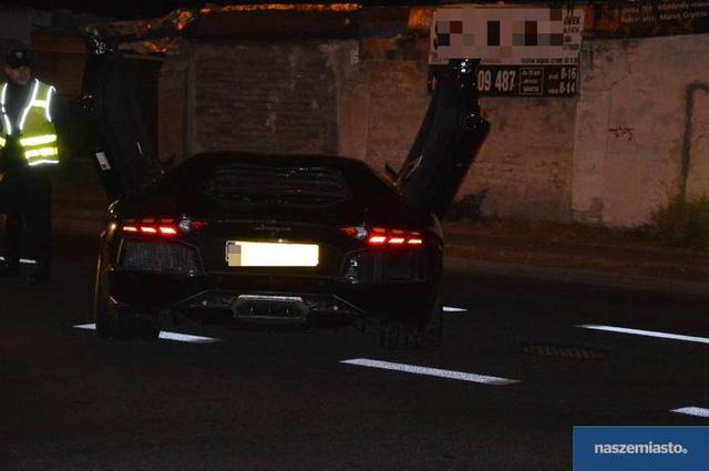 Cảnh sát tại Ba Lan nhanh chóng phong tỏa chiếc Lamborghini này và đã báo cho người chủ bị đánh cắp xe tại Đức.
