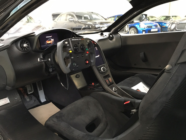 Nội y của chiếc McLaren P1 GTR rao bán 4,3 triệu USD cũng tông xuyệt tông với ngoại thất trong màu đen. Trong đó nội thất có thiết kế khá tối giản với điểm nhấn nằm ở vô-lăng mới, lấy cảm hứng từ dòng xe đua McLaren MP4-23 2008 từng chiến thắng tại giải đua Công thức 1.